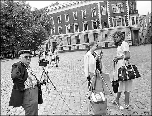 Июнь-июль 1986 года. Рига. Площадь 17 Июня (Домская площадь). Фотограф и девушки