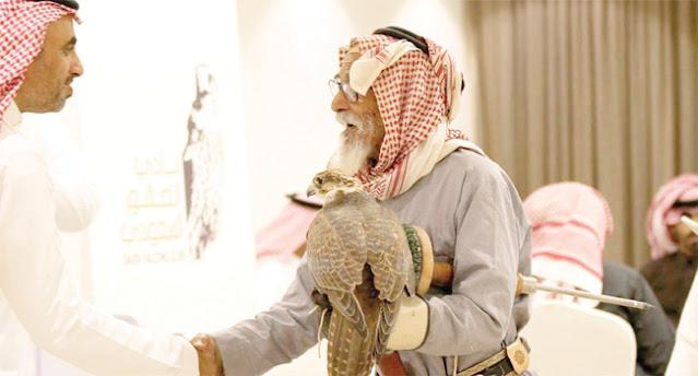 السعودية ، بـ 92 عامًا.. العتيبي أكبر صقّار مشارك في مهرجان الملك عبد العزيز
