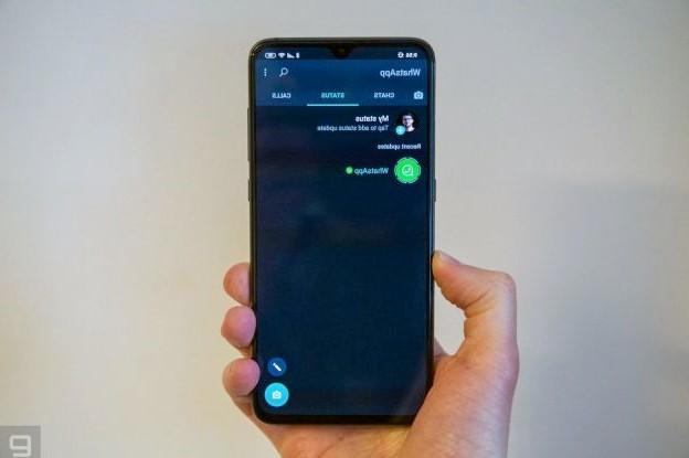 تطبيق WhatsApp يتحول إلى الوضع المظلم  Android و iOS