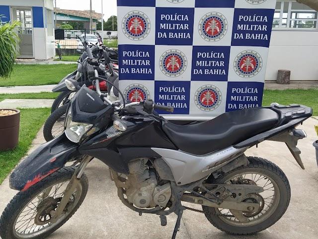 PM prende dois homens que transitavam com motocicleta roubada em Porto Seguro.