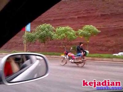 pengendara motor terbalik tanpa tangan