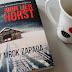 """Młodzieńcze śledztwo sprzed 33 lat, czyli recenzja powieści """"Gdy mrok zapada"""" Jørna Liera Horsta."""