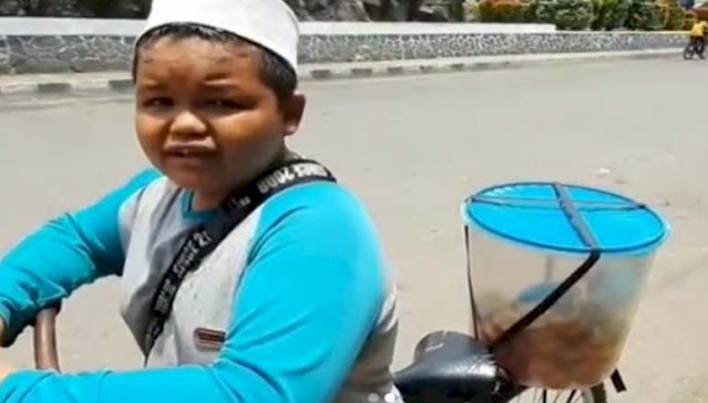 Demi Bantu Keluarga, Bocah Ini Keliling Jual Kue dari Jam 4 Subuh