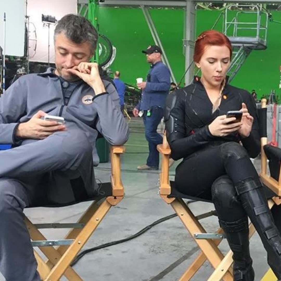 No phones rule on the set of Avengers Endgame :「アベンジャーズ : エンドゲーム」の現場には、けして、スマホを持ち込んではいけないという厳格な決まりがあったはずだが…というツッコミの写真を自分もスマホで撮影していたハルクのマーク・ラファロ😁