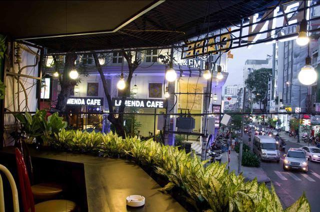 5 địa điểm uống cà phê và ngắm phố đi bộ từ trên cao ở Sài Gòn - 4