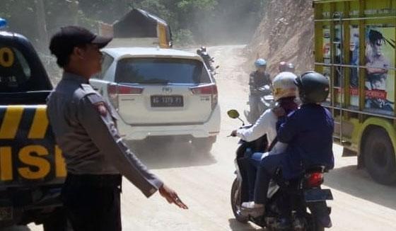 Petugas mengatur lalu lintas di jalur piket nol