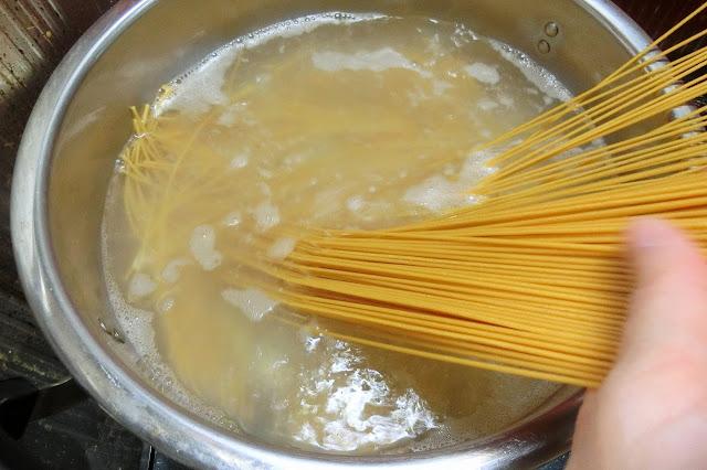 ゼンブヌードルを表示時間通りにゆで、しっかり水けをきったら皿に盛り付けておきます。