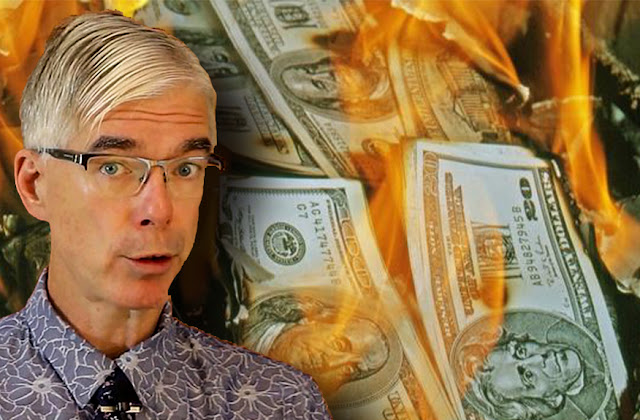 رجل يحرق مليون دولار نقداً والسبب صادم !!