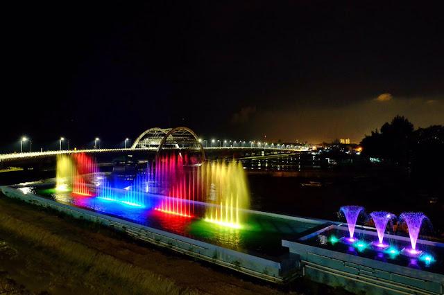 Atraksi air mancur menari yang cantik di malam hari