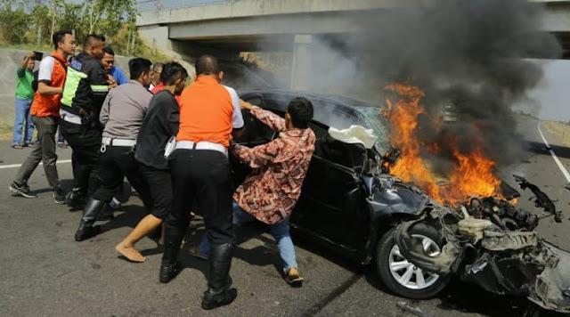 Detik-Detik Gubernur Anies Bantu Evakuasi Warga Jakarta yang Kecelakaan di Tol