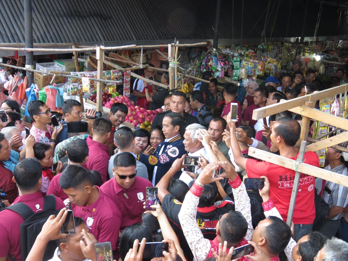 Presiden RI Joko Widodo saat sambangi 'Onan' Balairung Balige bersama Bupati Toba Samosir Darwin Siagian dikerumuni ribuan masyarakat.