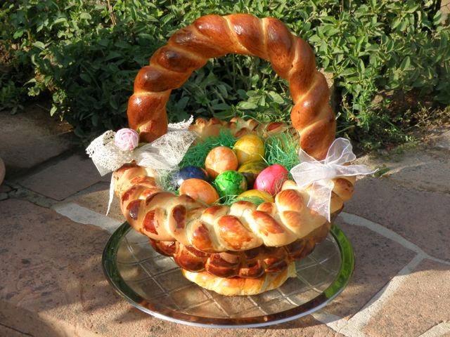Geflochtener Osterkorb aus Hefeteig
