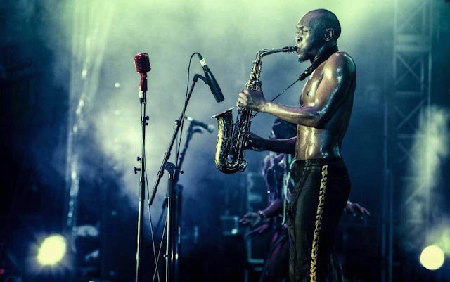 Seun Kuti carrega Fela Kuti no sangue e resolveu modernizar o afrobeat