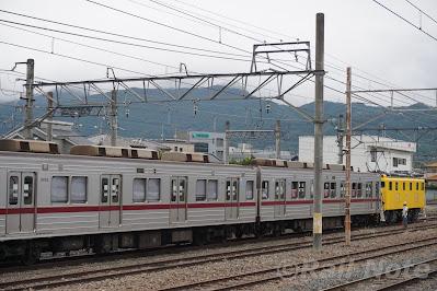 切り離し作業中の秩父鉄道デキ500形502号機+東武9050系9152F