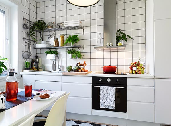 cozinha com prateleira metal armarios brancos
