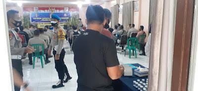 Para personel Polresta Mataram mengikuti  test Urine
