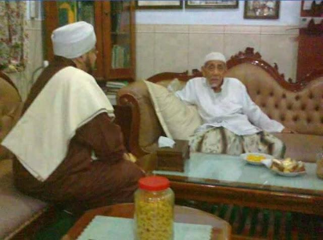 Habib Mundzir Berjalan Mundur tidak ingin Membelakangi Mbah Maimoen Zubair