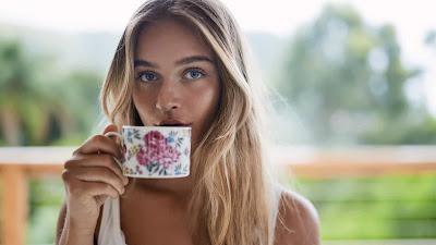 De acordo com uma pesquisa realizada por pesquisadores da Universidade Shinshu, no Japão, e divulgada pela revista Galileu, beber chá verde estimula as bactérias Flavonifractor plautii (FP), presentes no intestino e que têm a capacidade de suprimir alergias alimentares.