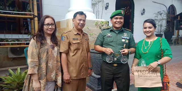 Komunitas Toraya Passapeda Beri Miniatur Sepeda untuk Letkol Hiras, Ivan: Jangan Lupakan Toraja Pak