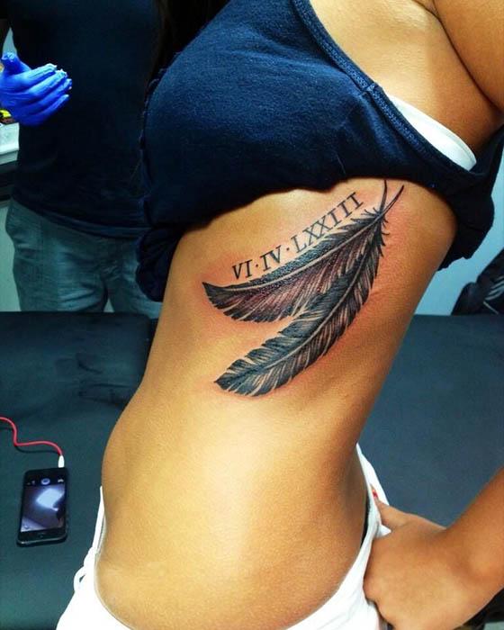 tatuaje de pluma espalda femenino