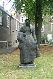 Estata de una beguina en el jardín del beguinato de Amsterdam