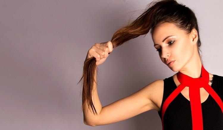 A esfoliação capilar auxilia no crescimento dos cabelos.