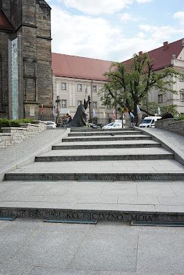 Przed katedrą: schody z datami i hasłami kolejnych pielgrzymek Jana Pawła II do Polski