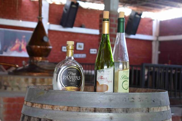 garrafas de vinhos tintos e brancos em cima de um barril de madeira