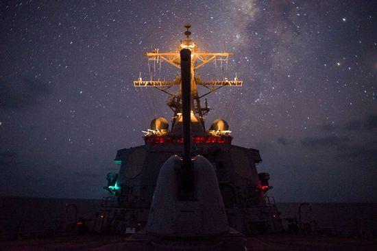 Un cacciatorpediniere Arleigh Burke in navigazione notturna.