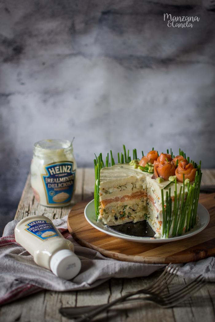 Tarta sandwich de ensalada de huevo y salmón.