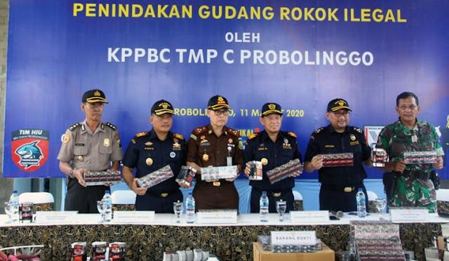 Bea Cukai Probolinggo menunjukan rokok ilegal yang diamankan di Lumajang