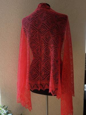 rode bruidssjaals,bruid met rodesjaal,rodebruidsjurken,rode gebreide sjaals.