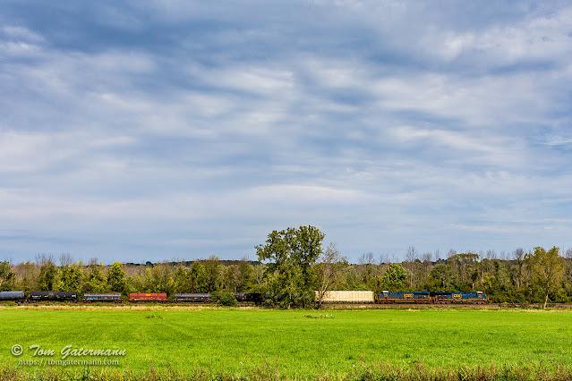 CSXT 3274 and CSXT 3198 lead train Q368-20