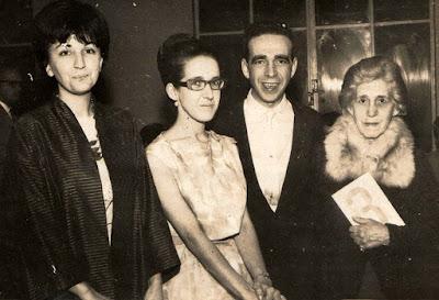 """Lançamento do livro """"3"""", em 1962, ao lado da cunhada, do irmão e da mãe."""