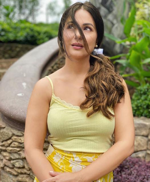 hina khan looks smoking hot in yellow dress - newsdezire