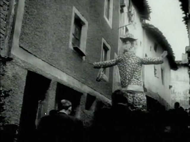 Imagen de 'Lejos de los árboles (1972)' - Pasacalles del Judas por la Calle Santiago