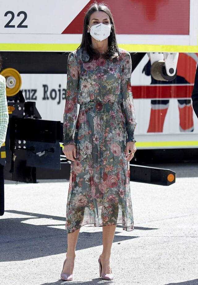 Queen Letizia wore a floral print midi dress from Zara, and pink mayfair pumps from Hugo Boss. Joyeria Yanes earrings