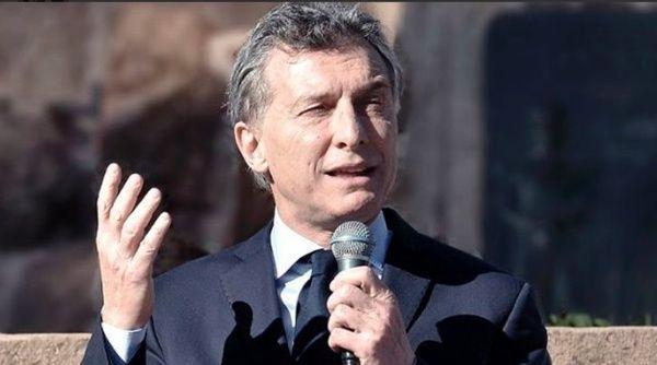 Presidente argentino inaugura obra arquitectónica defectuosa