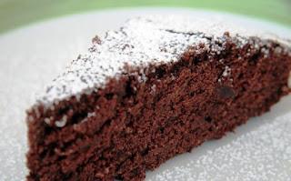 Una fetta di torta al cioccolato