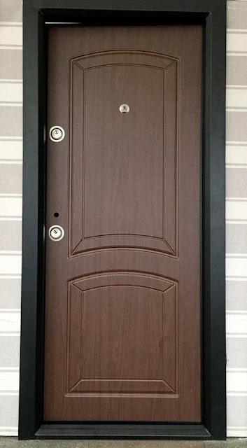 Usa metalica model simplu pentru intrarea in apartament izolat fonic si termic