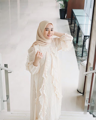 Dinda Hauw artis cantik dan jilbab kream