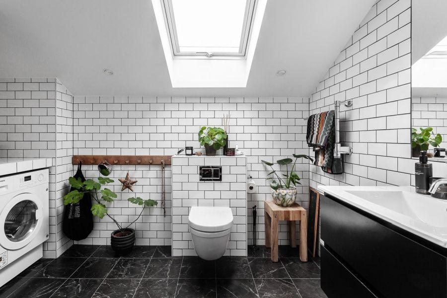 Mieszkanie na poddaszu w loftowym klimacie, wystrój wnętrz, wnętrza, urządzanie domu, dekoracje wnętrz, aranżacja wnętrz, inspiracje wnętrz,interior design , dom i wnętrze, aranżacja mieszkania, modne wnętrza, loft, styl industrialny, czerń i biel, black and white, łazienka, poddasze, mieszkanie na poddaszu,