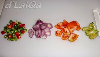 irisan cabe, bawang merah, tomat dan jeruk nipis