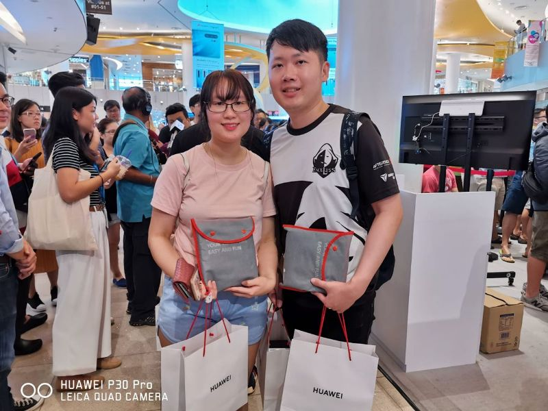 customers camp overnight for huawei p30 pro