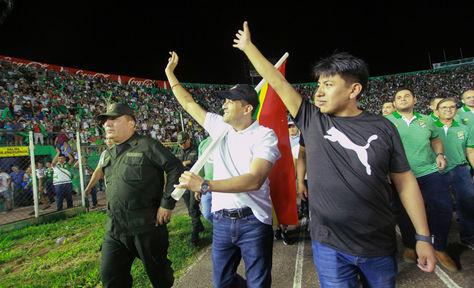 Hace una semana Camacho y Pumari entraban juntos al estadio Tahuichi para recibir un galardón. Hoy ambos jóvenes cívicos / políticos quedan  distanciados / ARCHIVO APG