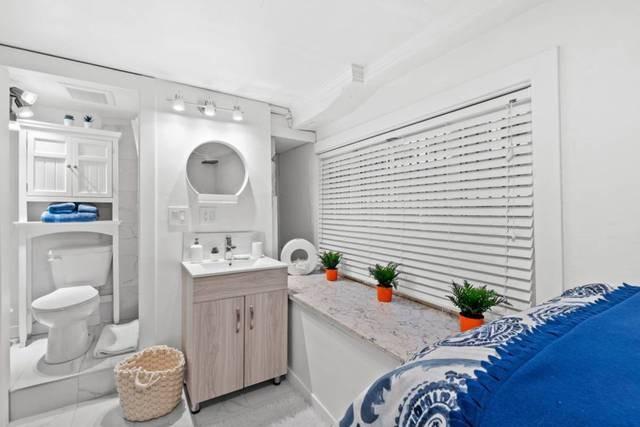 Rentan un baño con una cama y dicen que es microvivienda