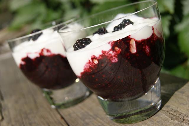 deser warstwowy z jogurtu i jeżyn