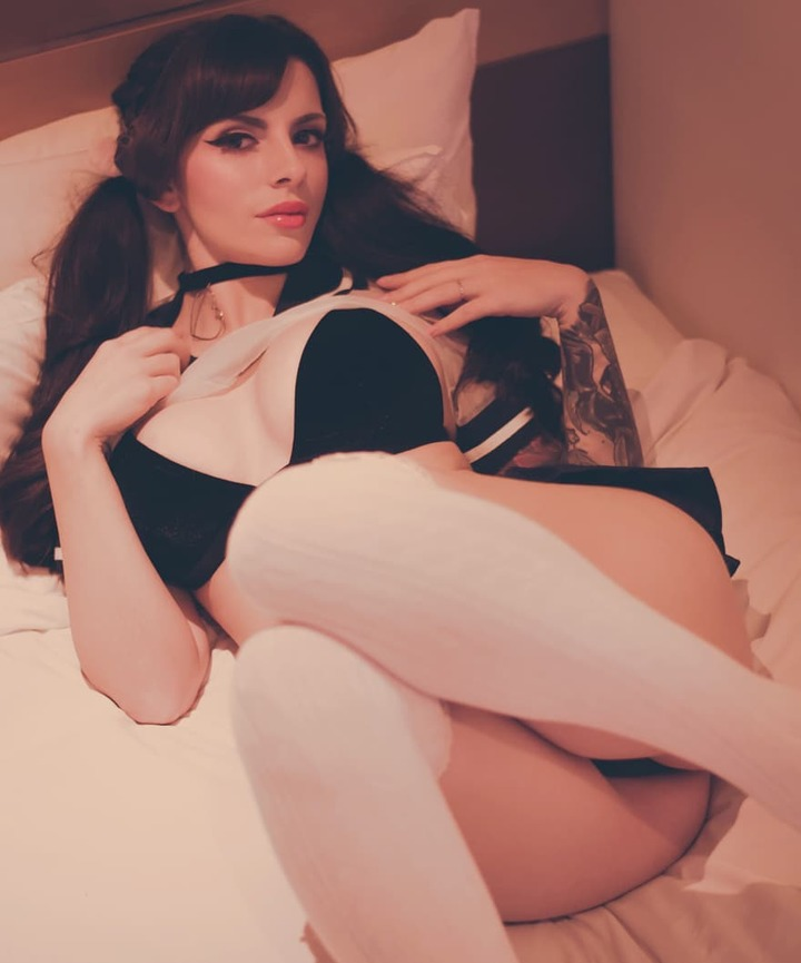 A cosplayer Katyuska Moonfox mostrando a buceta raspada no Instagram
