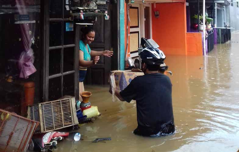 Relawan PKS bagikan makanan untuk korban banjir di Cipayung