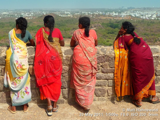 Facing the World, © Matt Hahnewald, groupshot, people, Indian women, South India, Andhra Pradesh, Hyderabad, Golconda Fort, back portrait, street portrait, groupshot from behind, sari